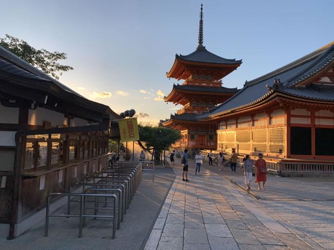 清水寺三重塔と夕日